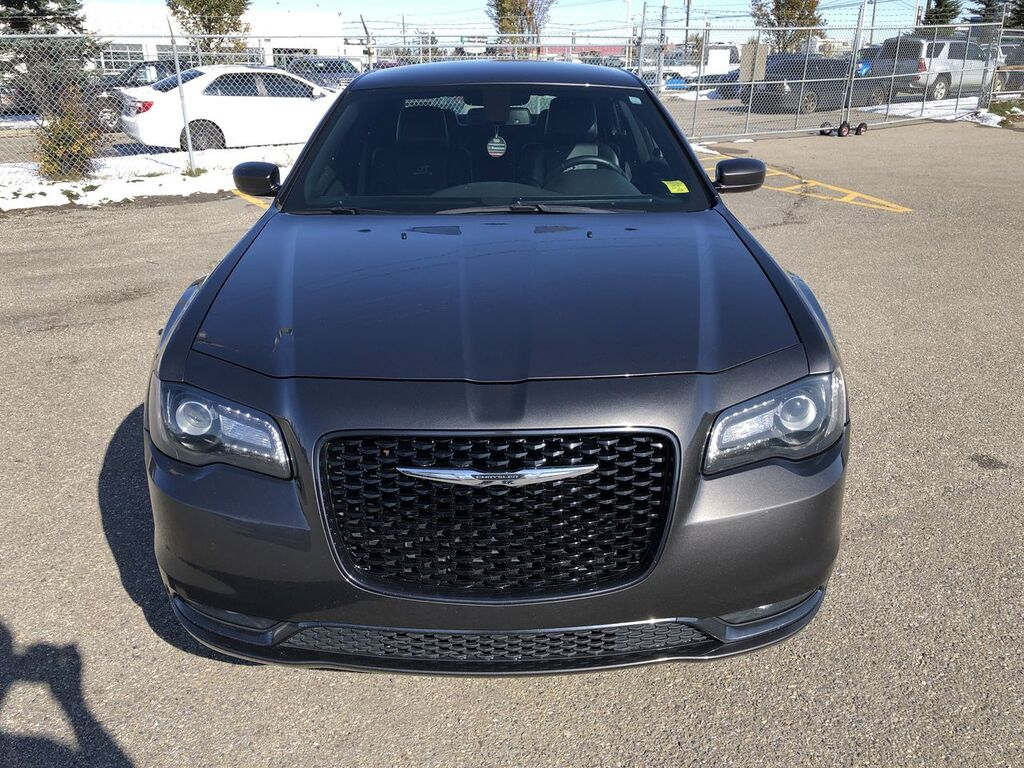Pre-Owned 2017 Chrysler 300 S / Leather / Heated seats / Back up cam