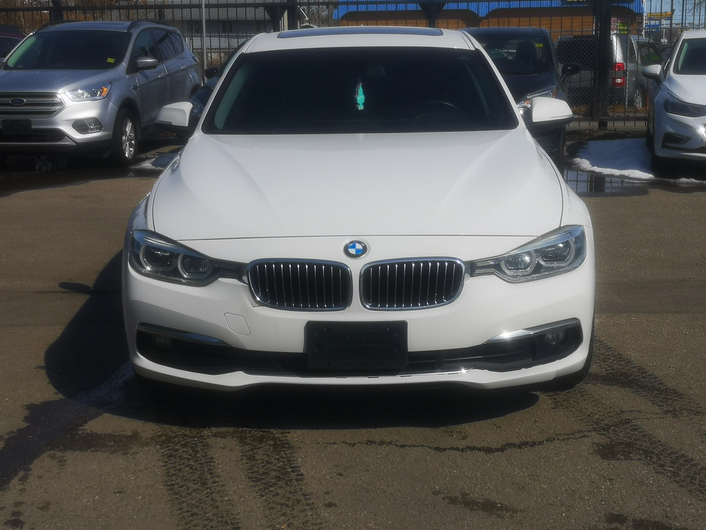 Pre-Owned 2017 BMW 3 Series 320i xDrive / Leather / Sunroof